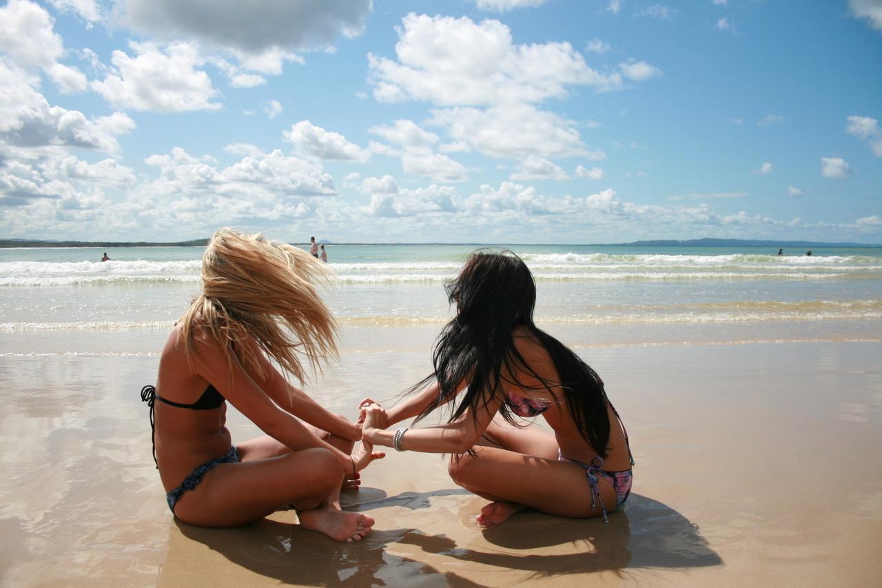 Бойфренды фотографируют подружек отдыхая у моря  230729
