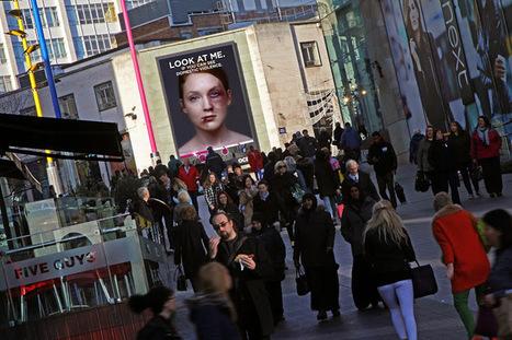 A mulher ferida neste outdoor cura-se tão rápido quanto mais peões olharem para ela | Criatividade, inovação, marketing | Scoop.it
