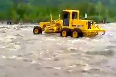 VIDEO: Motor grader tries to cross violent river, gets swept downstream and nearly buried instead | Earthmoving & Compaction | Scoop.it
