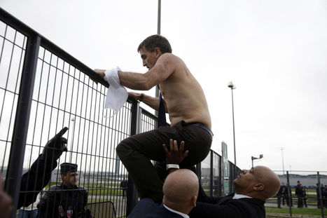 Air France executives had their shirts ripped off by workers losing their jobs | Criminology and Economic Theory | Scoop.it