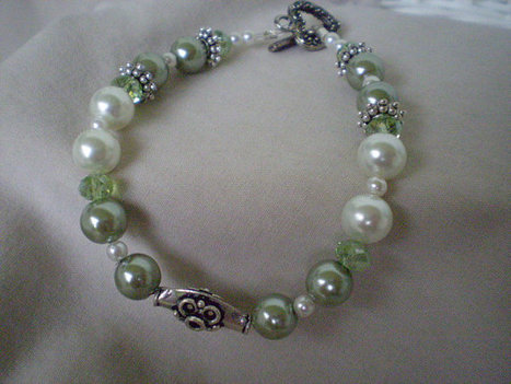 Muted Green and White Pearl Bracelet | Jewlery | Scoop.it
