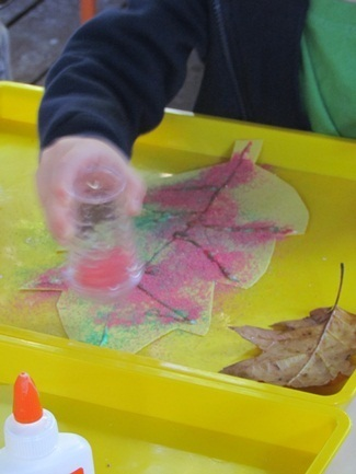 We made colored sand and fall leaves in preschool | Trabalhos Manuais no Jardim de Infância | Scoop.it
