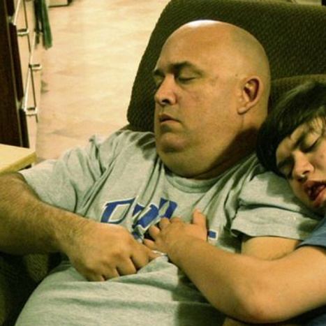 Every Night This Dad Falls Asleep In Front Of The TV. There's A Beautiful Reason Why. | Kinsanity | Scoop.it