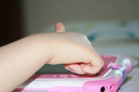 Pédiatres, psys ou enseignants, ils appellent à «éloigner les tablettes des enfants»