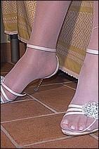 Ai piedi solo calze bianche e sandali | Piedi di ragazze italiane | Scoop.it