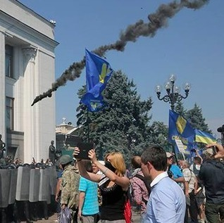 Fort Russ: Verkhovna Rada: Inside, votes; outside, wounds, blood, flames   Global politics   Scoop.it