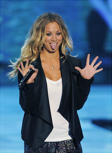 Kaley Cuoco looks GORGEOUS as she hosts the 2011 Teen Choice ... | Bazzinga | Scoop.it