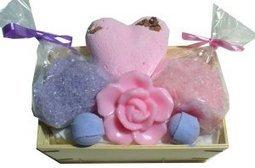 Panier sels de bain fleuri - L'Accro du Bain | L'Accro du Bain boutique de produits pour le bain et savons gourmands:boule de bain, savons de Marseille,savon artisanal,cupcake de bain, savons cupcakes | Scoop.it