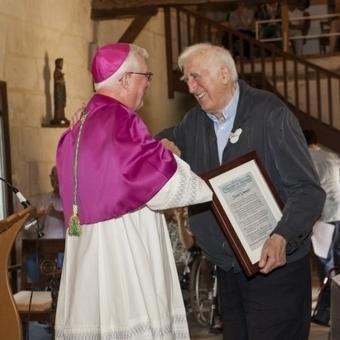 Jean Vanier a reçu le prix Pacem in terris des mains de Mgr Martin Amos, Evêque de Davenport | L'Arche en France | L'Arche, en France | Scoop.it