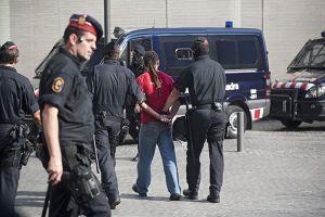 50 'mossos' irrumpen en la cafetería de los juzgados para arrestar a 6 indignados - ELPAÍS.com | Bad Police | Scoop.it