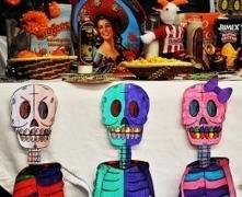 Students and instructors honor the deceased on Dia de los Muertos - Life - Lariat - Saddleback College | ancestor cult | Scoop.it