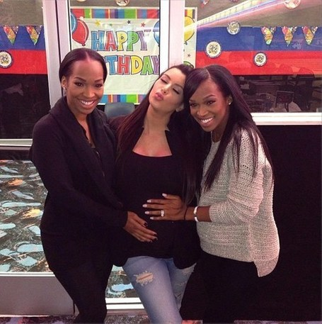 Pregnant Celebrities Who've Had Their Baby Bumps Grabbed In Public - Hollywood Life | Amazing Rare Photographs | Scoop.it