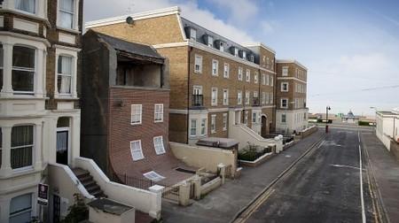 "Quirky refurbishment ""slides"" seaside townhouse facade onto the ... | Rehabilitación energética | Scoop.it"