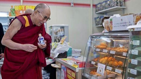 The Dalai Lama taking a break on the road in a Japanese 7-Eleven. | buzz food top | Scoop.it