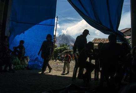 Precarious existence in shadow of Indonesian volcano - Phys.Org | Geology | Scoop.it