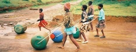 """Geniálny vynález """"Hippo Water Roller"""" zjednodušuje ľuďom v Afrike prístup k vode   Miesta Premeny   Scoop.it"""