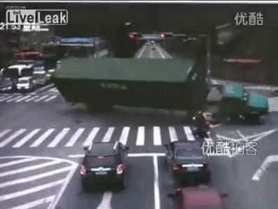 Motorrijder ei zo na geplet door kantelende vrachtwagen | MaCuSa max | Scoop.it