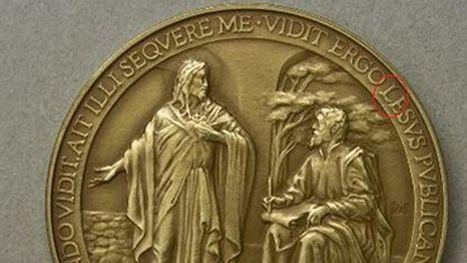 Une faute d'orthographe sur la médaille du Pape | orthographe | Scoop.it