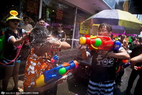 Traditionnelle bataille d'eau du nouvel an thaïlandais - Quotidien du Peuple   Chiang Mai   Scoop.it