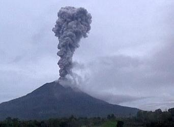 Thousands flee homes in #Indonesia as Mount #Sinabung volcano erupts