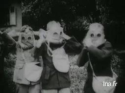 Des enfants d'une école apprennent à se servir de masques à gaz  - Jalons pour l'histoire du temps présent - Ina.fr | Sciences et Guerre | Scoop.it