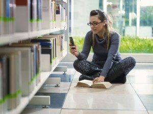 Texting and using Facebook while studying related to lower GPAs | Social Media in Higher Education | Cyberlearning | Scoop.it