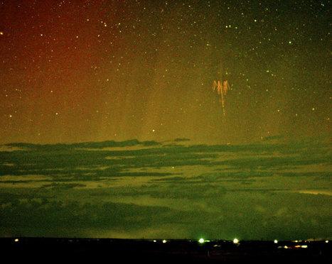 Sylphe rouge et aurore polaire - L'image d'astronomie du jour - APOD | La Spiruline : une algue très douée... pour 1 kg de protéines | Scoop.it