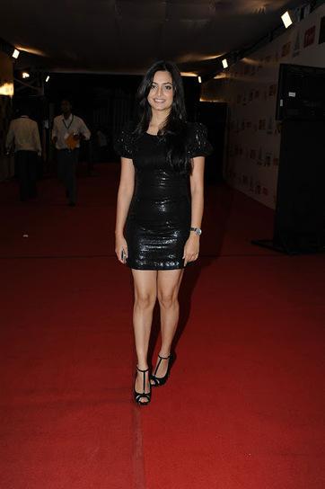 Kriti Kharbanda in Shining Black Skirt at Music Awards 2012-2013 | Fashion Divas | Scoop.it