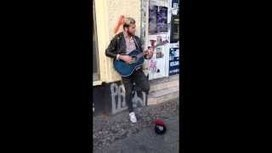 UVioO - Streetmusician sings - Original singer comes along and joins him | Interesting | Scoop.it