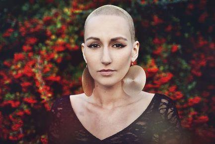 Atteinte d'un cancer, elle s'amuse de son crâne dégarni dans un clip - Le Blog Bien-etre - Doctissimo | Aidants familiaux | Scoop.it