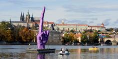 A Prague, un artiste provocateur érige un énorme doigt d'honneur | Arts urbains | Scoop.it