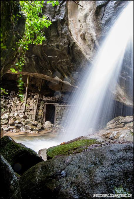 Le case sotto la cascata: la Grotta del Petrienno | Le Marche un'altra Italia | Scoop.it