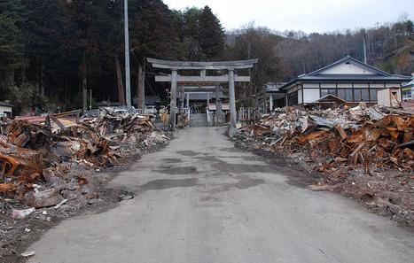 [Photo] Un temple shintoïste intact au milieux des débris à Otsushi| Flickr - Photo Sharing! | Japon : séisme, tsunami & conséquences | Scoop.it