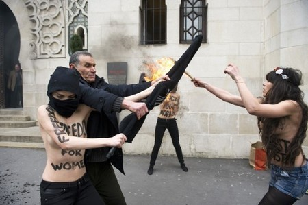CIVILISATIONS – Une action des Femen devant la Grande ... - Le Monde | L'art face à la censure | Scoop.it