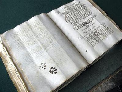 Sur le manuscrit, les traces de pattes d'un chat du XVe siècle! | Histoire & Cie | Scoop.it