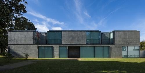 Impressionnante maison contemporaine en b ton porto au - Maison en pierre giordano hadamik architects ...