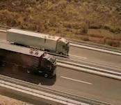 Funambulismo entre camiones que circulan a 80 km/h | Conductores | Motor | elmundo.es | carros pesados | Scoop.it