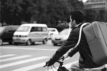 Italian man in Chengdu uses self-made air purifier while cycling - ecns | Best Air Purifiers I have reviewed | Scoop.it