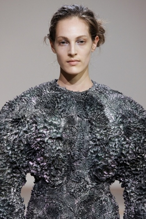 Couture Dresses Held Together Using Magnetic Forces [Pics] - PSFK | e-merging Knowledge | Scoop.it