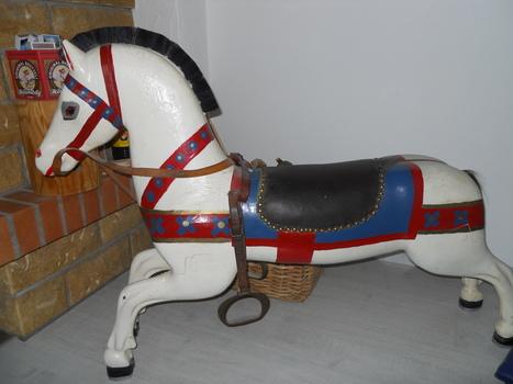 splendide vieux cheval en bois de carrousel en. Black Bedroom Furniture Sets. Home Design Ideas