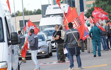 Foto Riva, protesta dei lavoratori ai caselli autostradali. FOTO - Sky TG24 - Sky | Pensiero Libero | Scoop.it