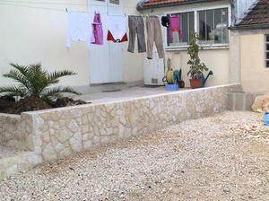 Faire le parement d 39 un mur en parpaings avec de for Habiller un mur en pierre