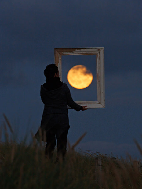 Magical Photos of a Person Playing with the Moon | Scoop Photography | Scoop.it