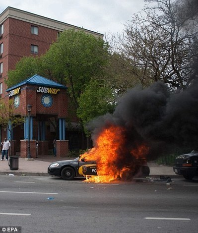 Violent clashes between Baltimore police and protestors turn city into 'absolute war zone' burning cop cars and looting stores after thousands mourn Freddie Gray in open casket funeral | Deliberating Violent Revolution | Scoop.it