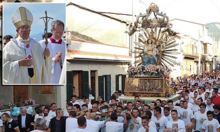 Catholic procession makes detour to honour convicted Mafia crook