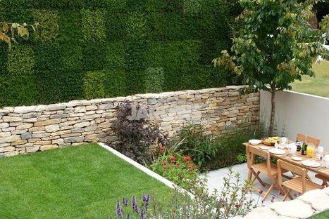 Un petit jardin et un mur v g tal for Mur de galets jardin