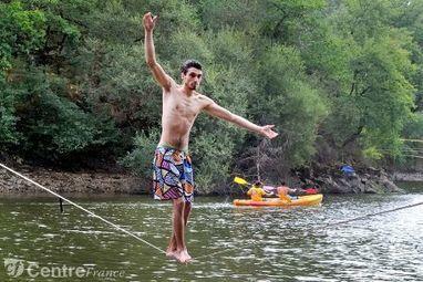 Le slackline, un jeu d'équilibre en marchant sur l'eau   politiquesculturelles-cirquecontemporain-artsdansl'espacepublic-bandedessinee-etc.   Scoop.it