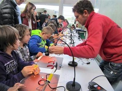 Saint-Malo. 800 élèves ont découvert le mini Make Faire - Saint-Malo - Éducation - ouest-france.fr | Fablab, Makerspace en bibliothèque | Scoop.it