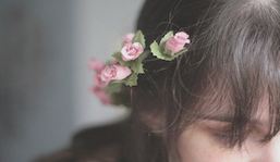 Dievča s rozkvitnutými vlasmi | Správy Výveska | Scoop.it