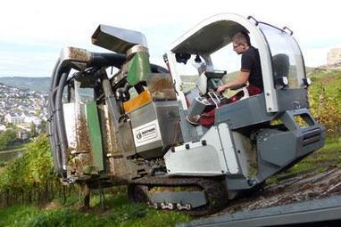 La machine àvendanger sur chenillard pour récolter dans les vignes en forte pente | Le Vin et + encore | Scoop.it
